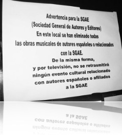 Cartel alusivo a la SGAE en un restaurante de Montijo