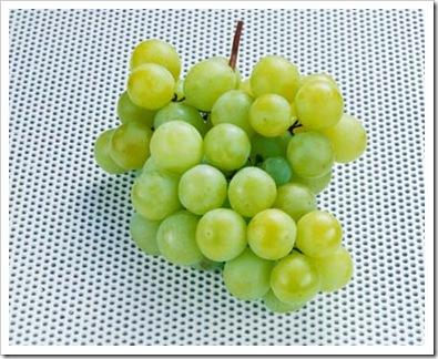 uva-verde-mesa-azul