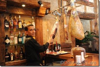 Luis Acuña cortando el jamón