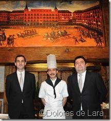 Javier Conejo y Juan Manuel Morales, junto al cocinero Bonifacio Gadiano