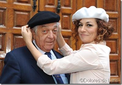 Mariscál, en el momento que le impone la boina Pilar Jurado