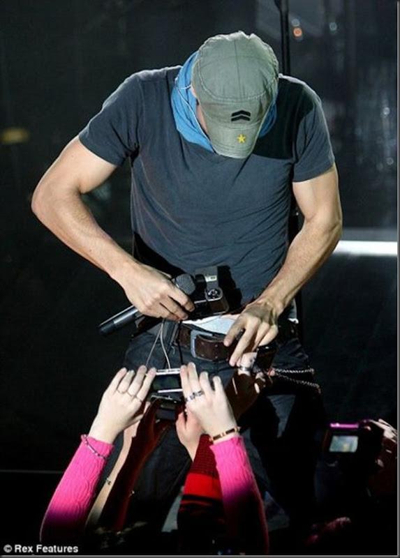 Enrique Iglesias tira uma foto muito estranha (2)