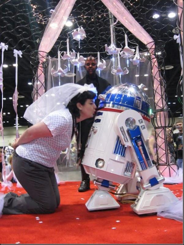Mulher se casa com um robô (2)