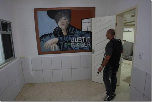 Quadro de Justin Bieber na casa de um traficante no Rio