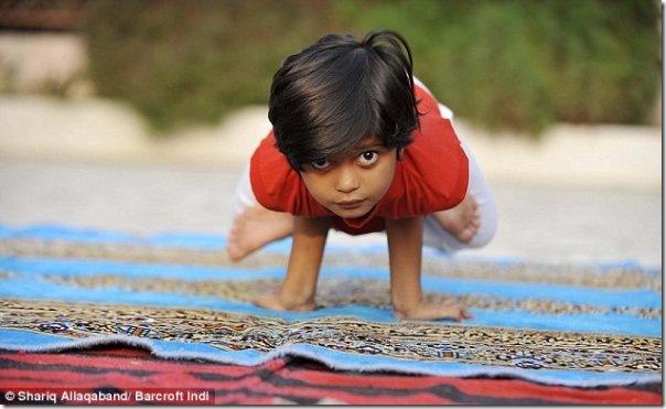 Instrutora de yoga de apenas 6 anos na India (1)