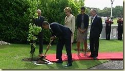 Obama plantando un roble