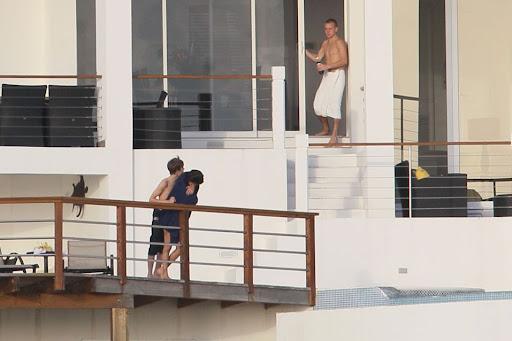 selena gomez kissing justin bieber under water. justinbieber selenagomez