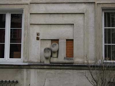 Dziwne kształty na murze kamienicy