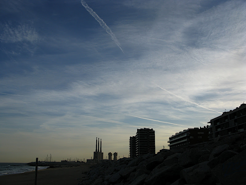 Perfil de Badalona sobre el mar