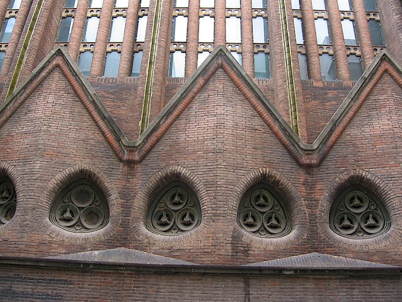Detall de la façana Parròquia del Carme