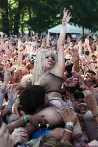 llady-gaga-crowd-surfing-at-lollapalooza-2010-photos-pictures-gallery