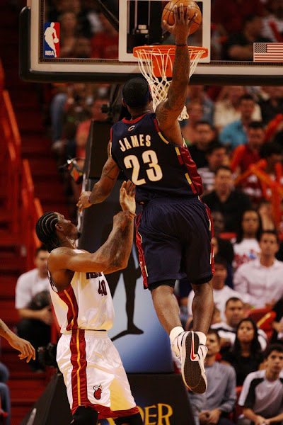New Brons on Court 8211 LeBron Rocks Witness Gold and Triple Black VI