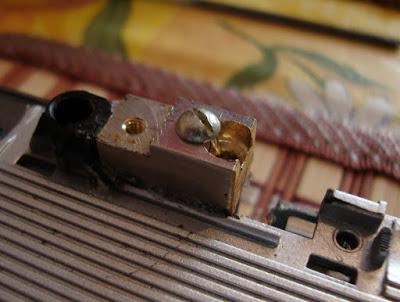 Новый сухарь левой петли в ноутбук АСУС z99. Приклеен и закреплен винтом.