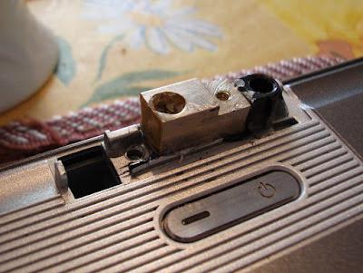 Новый сухарь правой петли в ноутбук АСУС z99. Приклеен и закреплен винтом.