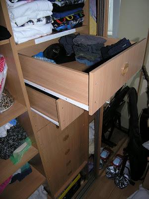 Выдвижные ящики шкафа-купе удобны для личного белья