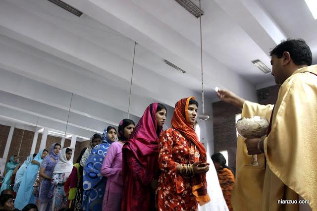 2009复活节 要排队领圣饼,代表了耶稣的身体,还要喝葡萄酒,代表了耶稣的鲜血。印度有这么多教徒?
