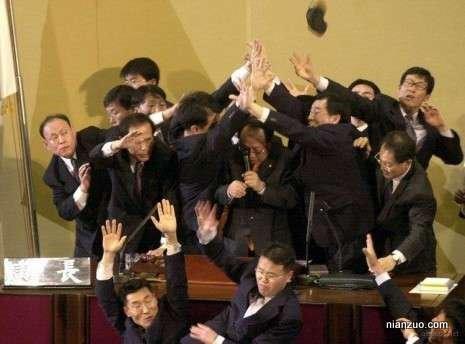议会大作战 一方在保话筒,几个人撑起了一片天空,还有许多人来抢,还有皮鞋在飞,打仗,打假,议会,韩国