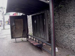 Ponto de ônibus na Av. dos Bandeirantes, 5576