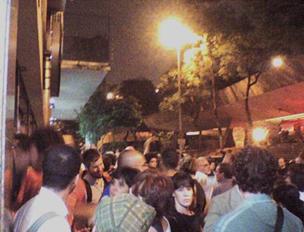Público reunido no Espaço Parlapatões em ato contra violência na Praça Roosevelt. Foto: Flaviana Serafim