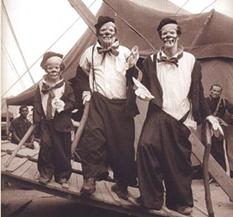 Três gerações na palhaçada - (E) Roger Avanzi Filho, Nerino Avanzi e Roger Avanzi no Circo Nerino. Acervo do Centro de Memória do Circo