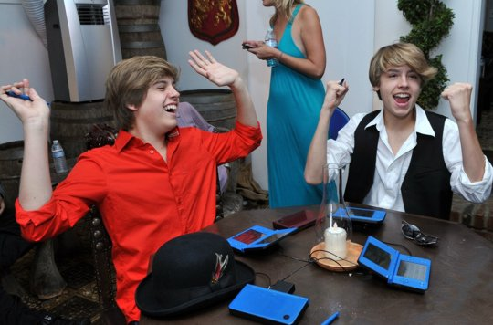 http://lh6.ggpht.com/_Z74mUJ8xxg8/TC6myjXV71I/AAAAAAAACr0/GLTMbafrzW4/s800/dylan-cole-sprouse-gaming-skills-02.jpg