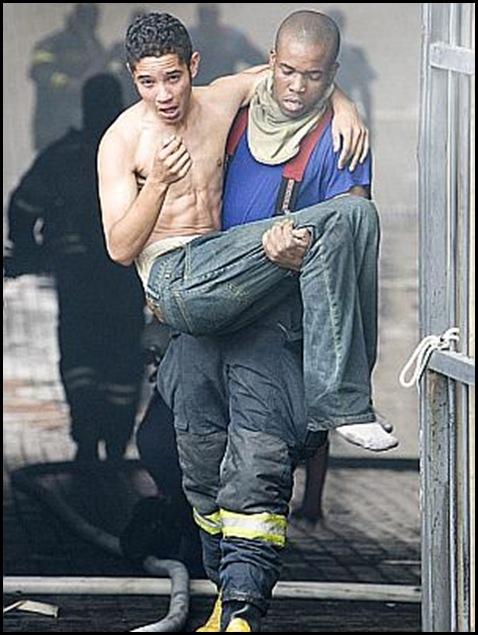 Pretoria Court Trapped prisoners rescue Craig Nieuwenhuizen pic Beeld Oct42009