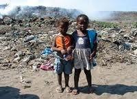 bambini tra i rifiuti