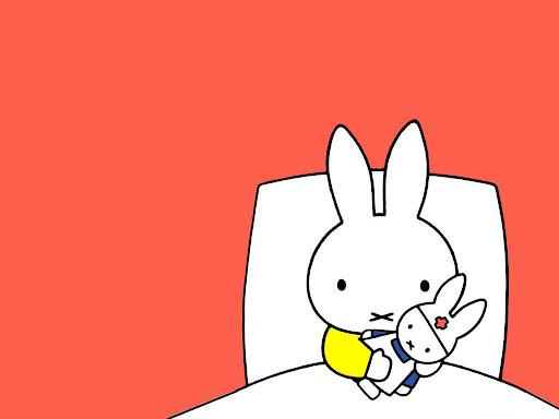 ぬいぐるみと一緒にベッドに入るミッフィー