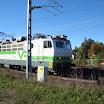 VR:n uusiin väreihin maalatun Sr1 3037:n vetämä juna ohittaa työmaan.