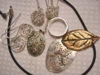 Pendientes, colgante y anillo realizados con diferentes técnicas en Pasta de Plata