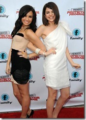 selena_gomez_and_demi_lovato_light_up_red_carpet