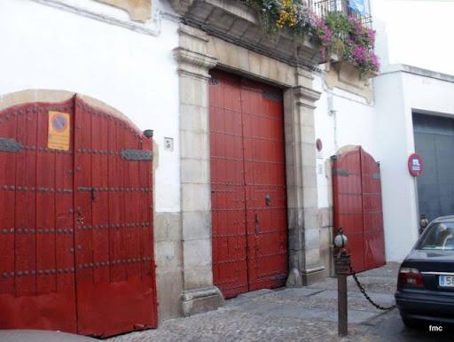 Puerta principal  y cocheras Palacio de los Trillo
