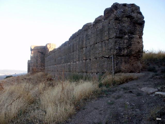 Puerta de acceso al castillo, muro sur.