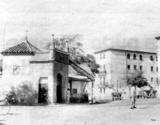 Una vista del emplazamiento antiguo, el fielato, y los pisos de Renfe.