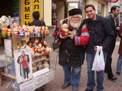 Vendedor de Matrioskas na Rua Arbart in Moscou - Rússia