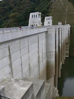 左岸よりダム湖側堤体を望む