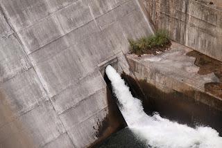 右岸下流側の展望台より利水放流を望む