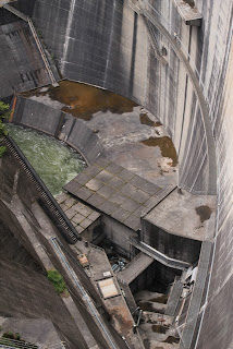 左岸より減勢工や利水放流設備を望む