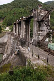 左岸の国道から堤体までの階段より堤体を望む