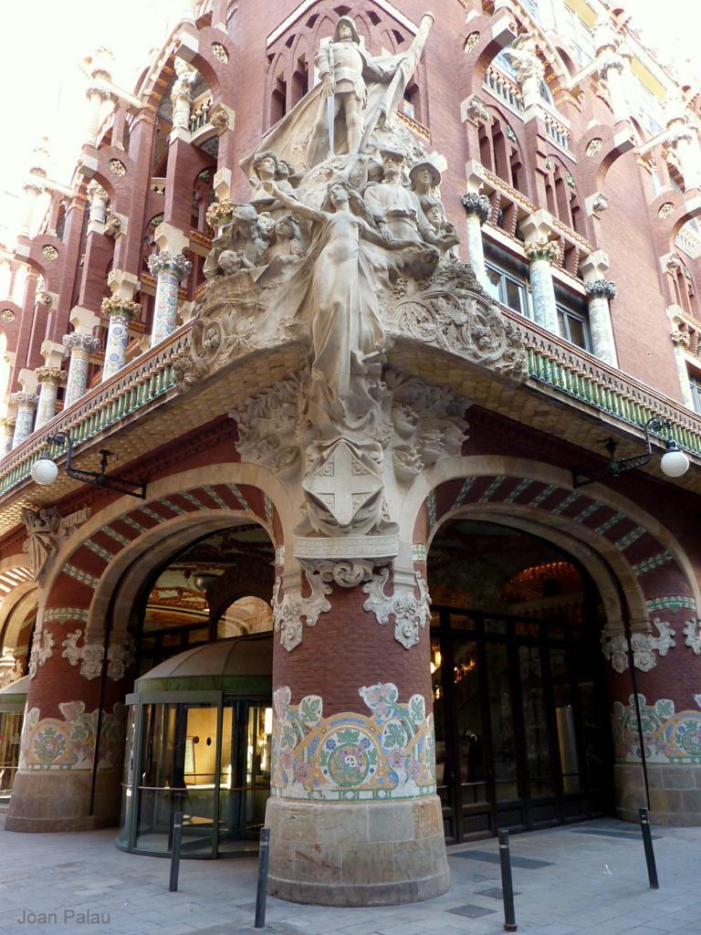 esquina a las dos fachadas escultura y carruajes