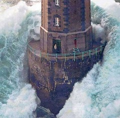 huge-lighthouse-wave