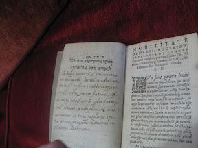 Cita en hebreo y nota manuscrita.