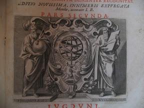 Elaboradísima marca de impresor. Ptolomeo y Eúclides como símbolos de la precisión con una orla barroca rodean una esfera armilar sujeta con una mano que sale de una nube. En la parte inferior de la orla está el anagrama de los dos impresores.