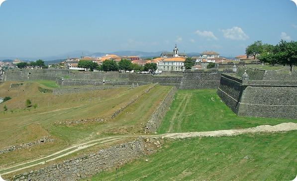 Vista dos revelins e baluartes da Fortaleza com a cidade de Valença ao fundo
