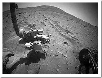 A única roda livre do Spirit não funciona. As outras 5 estão enterradas nas areias de Marte.