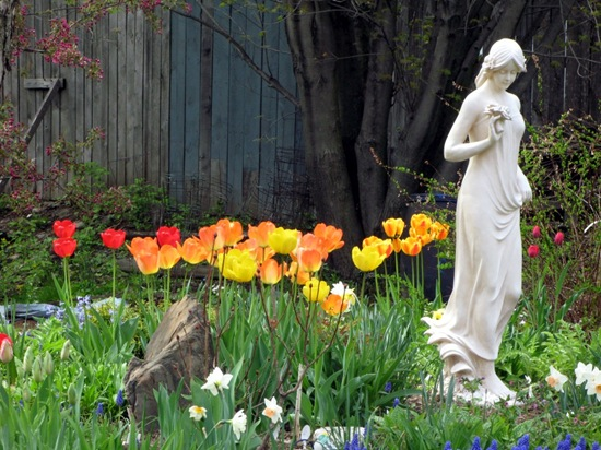 garden-statue-flowers-country-beauty-703035