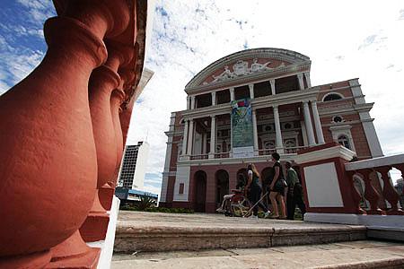 Eu, sarita, Karla e Ferreira em frente ao teatro