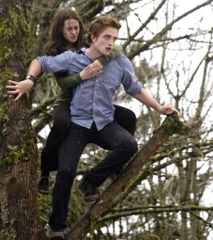 Edward Cullen - La perfección existe - Edward-robert-pattinson-carries-bella-kristen-stewart-in-twilight%5B17%5D
