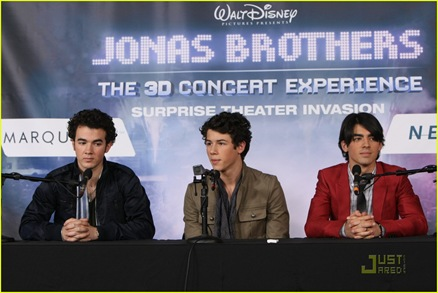 jonas-brothers-surprise-theater-invasion-08