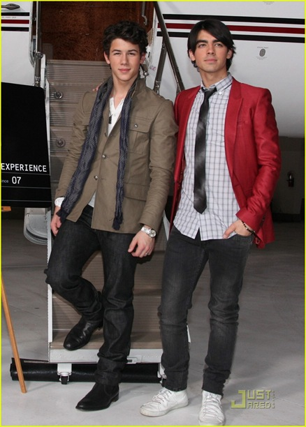 jonas-brothers-surprise-theater-invasion-03